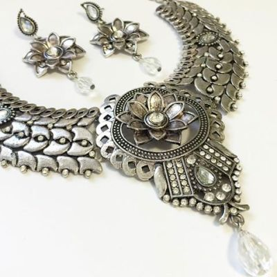 Nasira necklace earring set close up