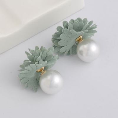Pearl flower studs grey
