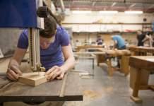 ayudante de carpinteria carpentry assistant empleado de carpintería