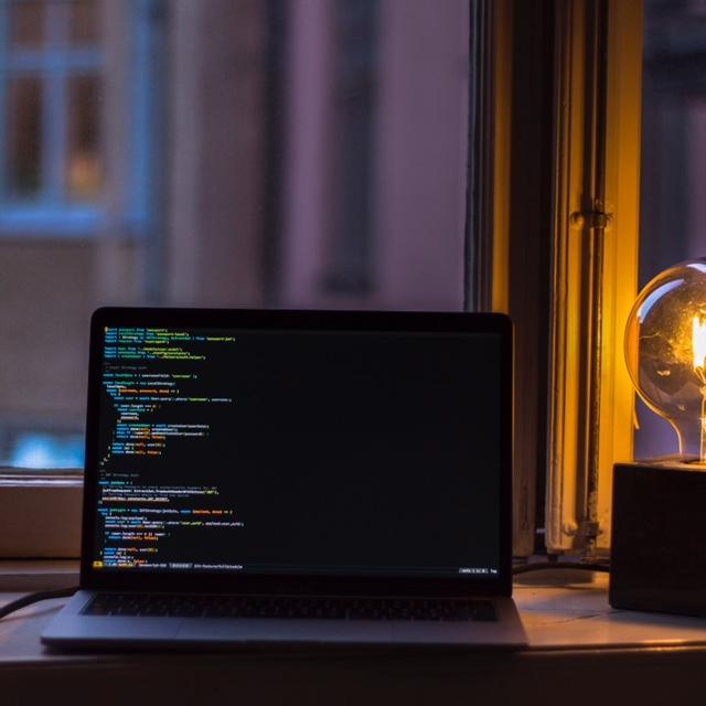 Qui n'a pas rencontré des soucis informatiques dans le pire des moments au travail ? Parlons organisation pour éviter des énervements, pertes de temps, retards et stress inutiles lorsqu'on perd le contrôle de notre ordinateur.