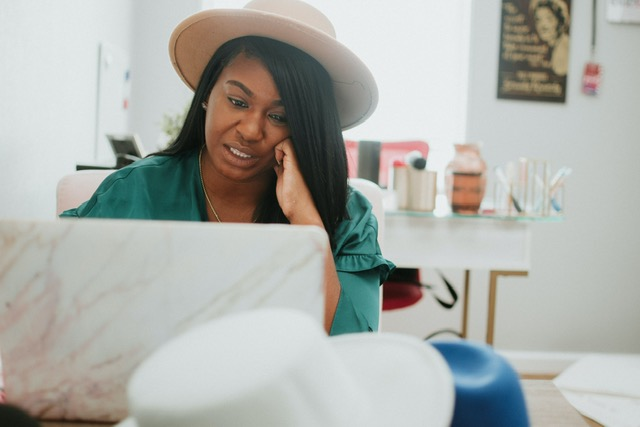 Faut-il travailler plus que les autres pour réussir ? Piège ou vérité ? En tant que femme et/ou personne de couleur est-ce toujours vrai ? Revisitons ce conseil dans ce qu'il a de bon et moins bon pour notre carrière et estime de soi.