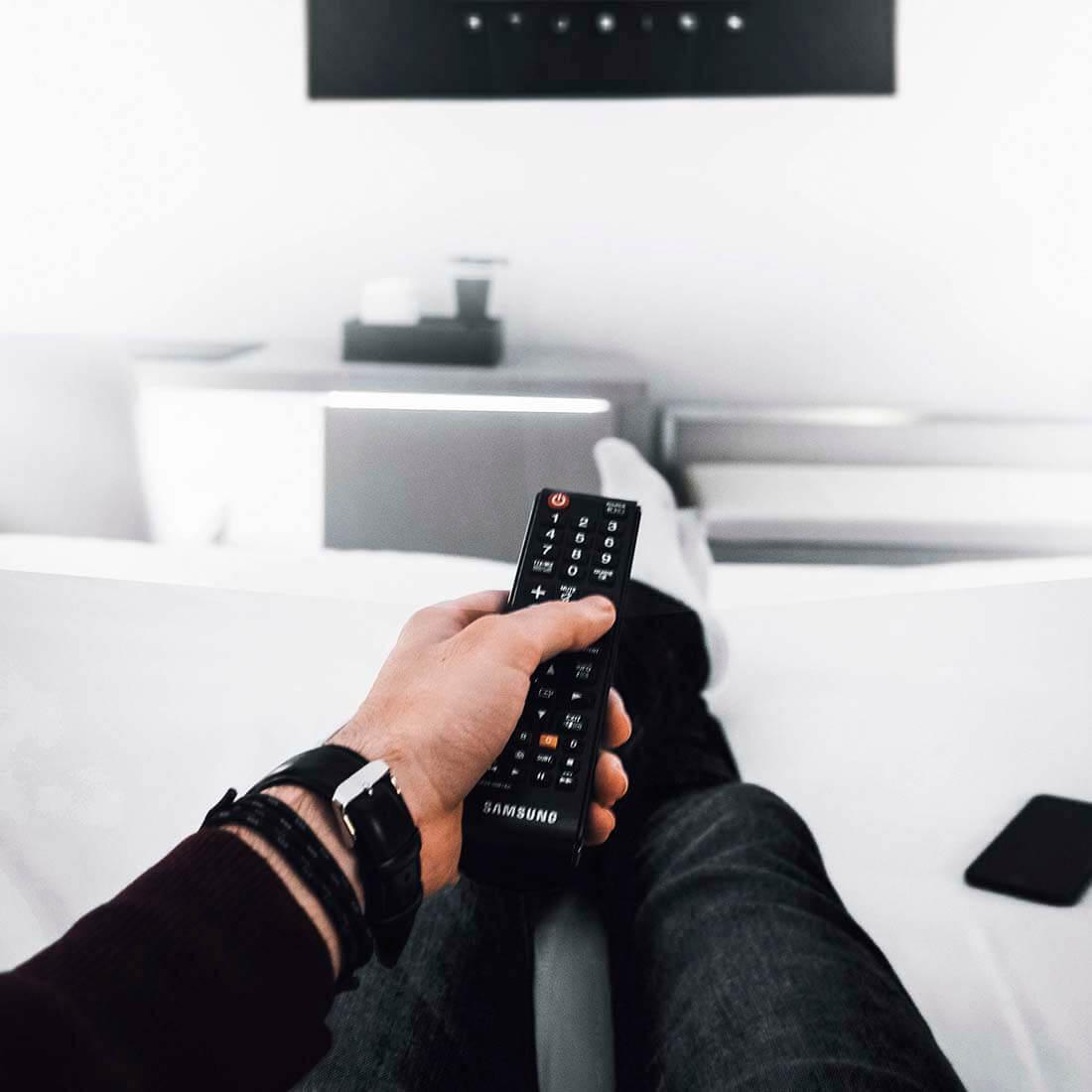 controle remoto e TV