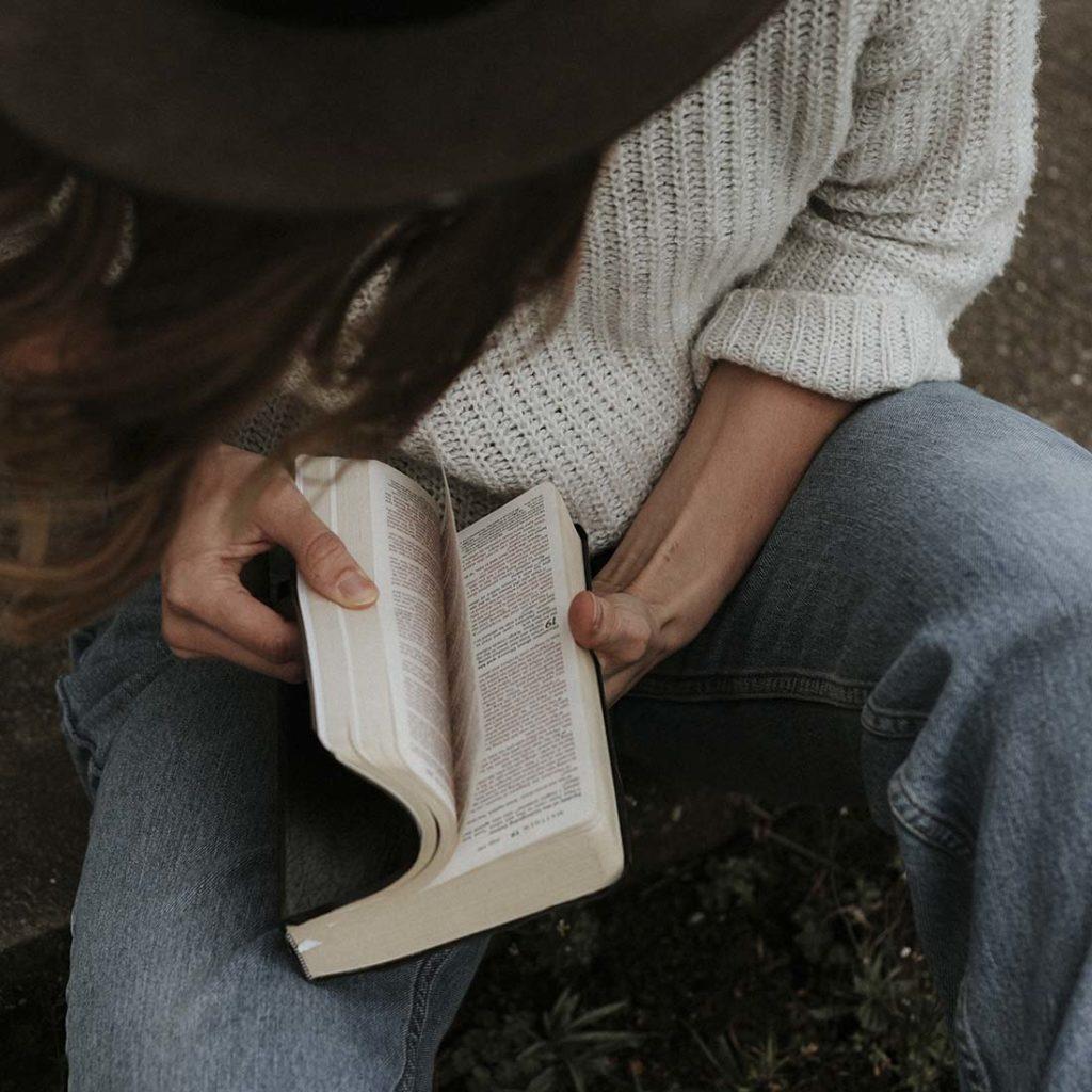 Mulher lendo a Bíblia