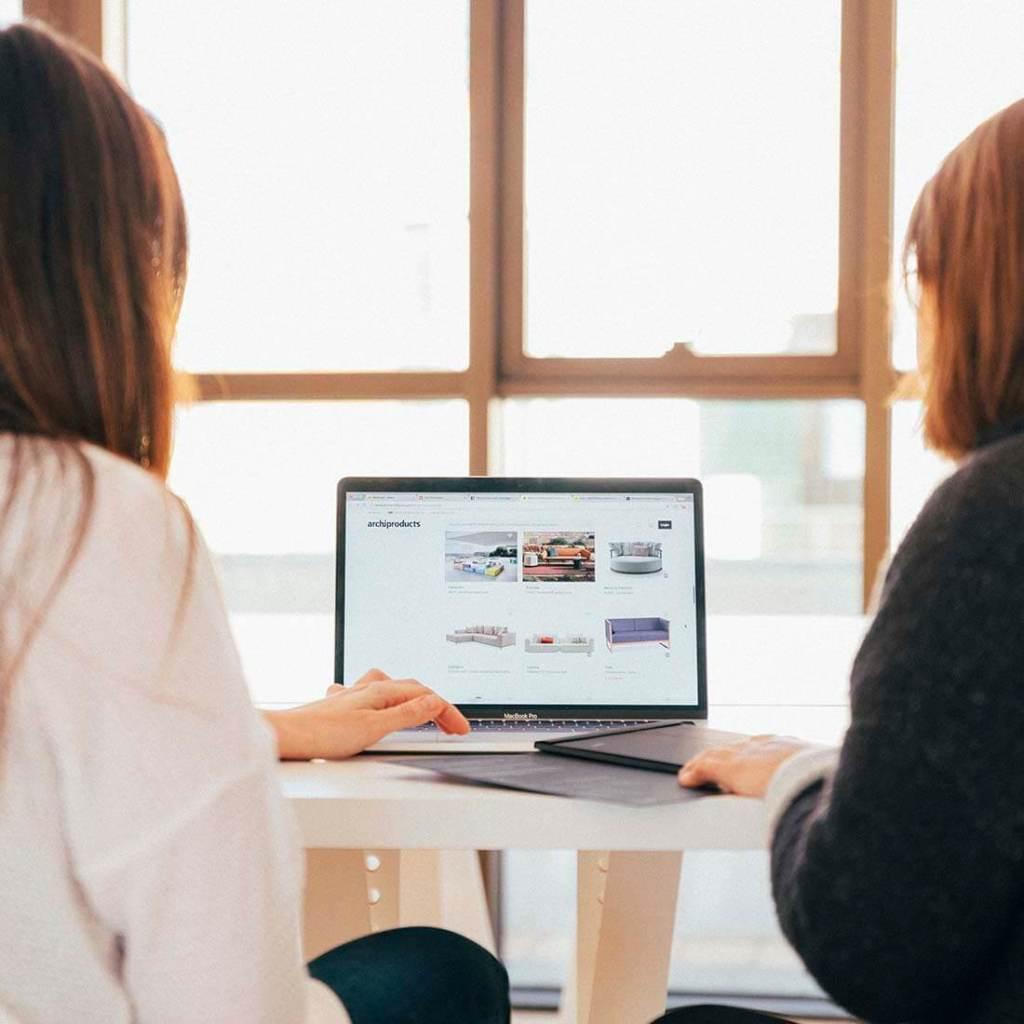 mulheres olhando a tela do computador