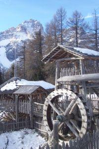 Viejo molino en la nieve