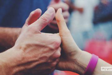 """Várias mãos fazendo """"jóia"""", simbolizando os nossos clientes satisfeitos, entenda o nosso atendimento"""