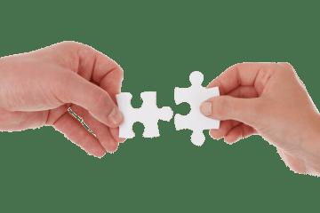 duas mãos montando um quebra-cabeça, resolvendo os problemas
