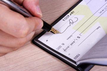 imagem de um cheque sendo preenchido, simbolizando o cheque especial
