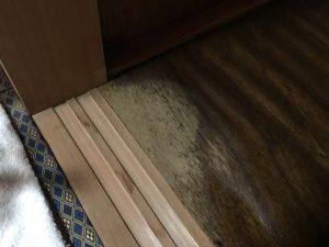 押入れのカビ取り後乾燥部分