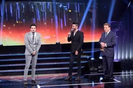 Luan Santana, Gusttavo Lima e Silvio Santos no palco do Troféu Imprensa.