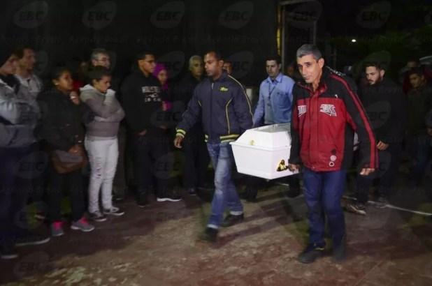 São Sebastião (SP) - Uma das vítimas do acidente de ônibus na estrada Mogi-Bertioga, Ana Carolina da Cruz Veloso está sendo velada em uma quadra do bairro Juqueí (Rovena Rosa/Agência Brasil)