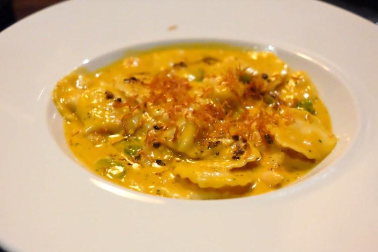 Raviolini de lagostim com camarões ao molho bisque - a delicadeza da chef fica presente em casa garfada
