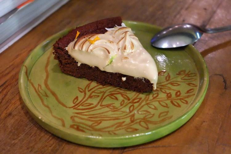 Bolo de chocolate, sem glúten nem lactose, com merengue de coco - sensacional!