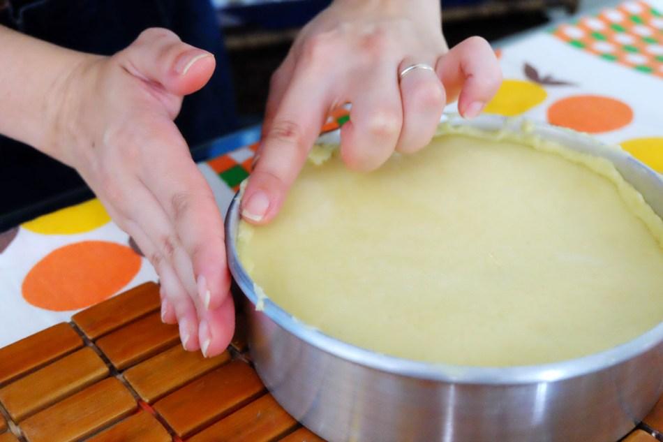 Com os dedos, sele bem a volta da forma com a massa