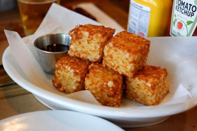 Quadradinhos de tapioca com queijo coalho - entrada surpreendente e muito saborosa