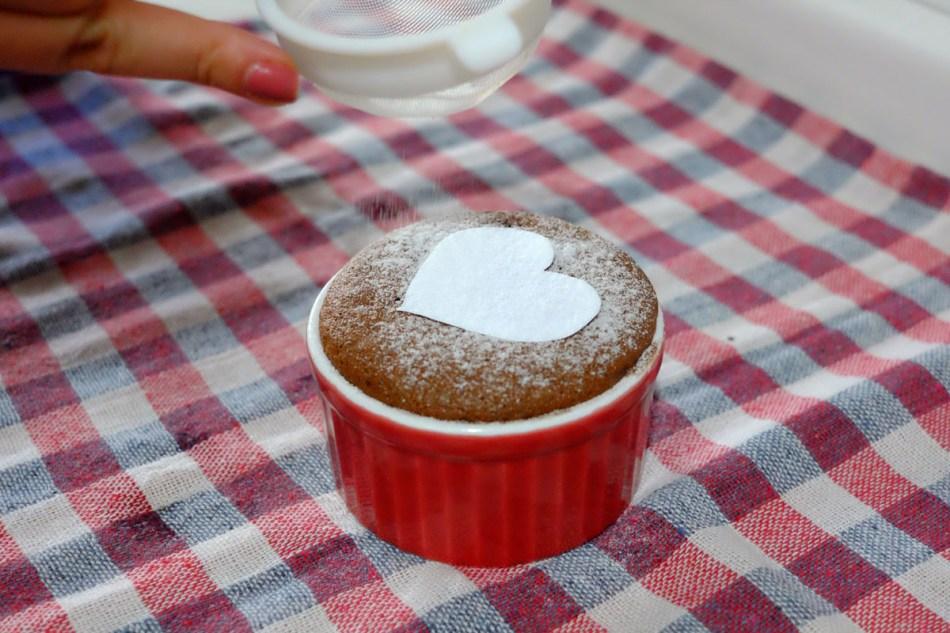 Quer deixar seu suflê além de gostoso, lindo? Faça um coraçãozinho de papel e salpique açúcar de confeiteiro por cima - o efeito fica incrível!