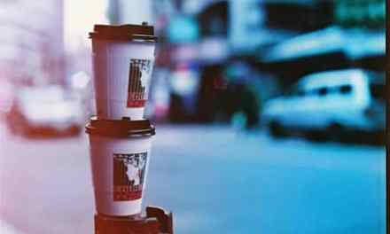 Coffee run – Lomochrome Purple XR 100-400 (35mm)