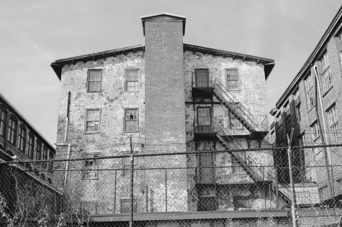 Abandoned Building - Exakta Varex IIb - Ilford HP5+ - Zeiss Flektagon 35mm