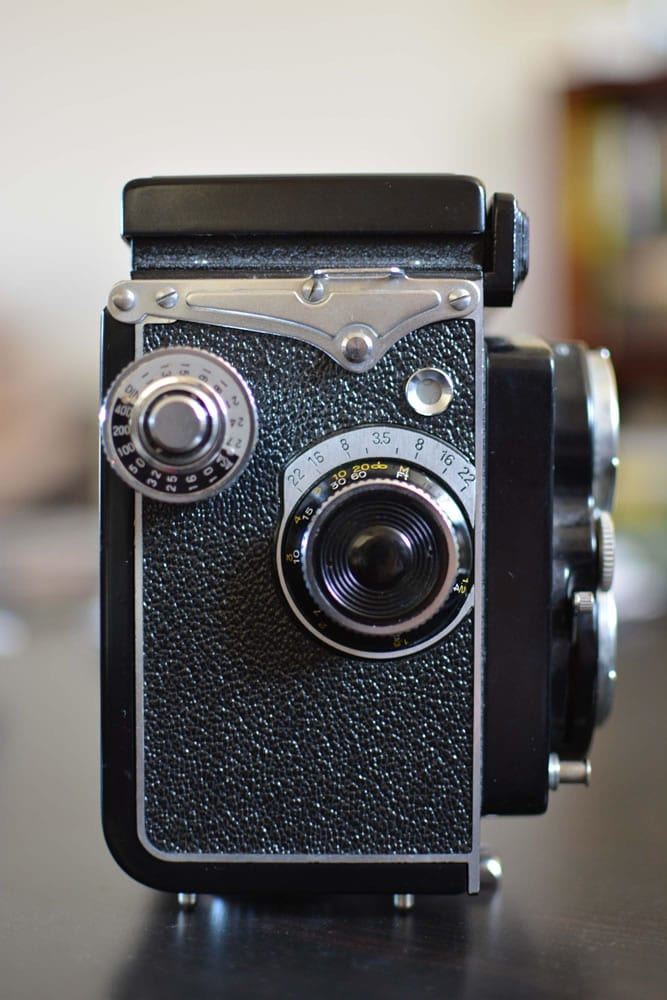 Yashica D - Right - Focus wheel and film reminder