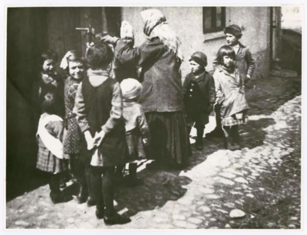 Group of children, photo: Irena Blühová, 1929. Bauhaus-Archiv Berlin / © Zuzana Blüh, London. Source: https://www.bauhaus100.de/en/ past/people/students/irena-bluehova/index.html