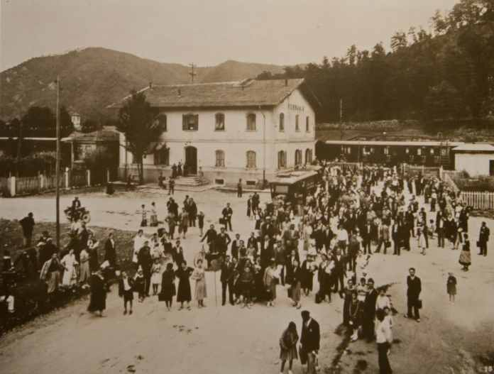 Workers exiting the Ferrania railway station on their way to work, 1920s (archival image courtesy FILM Ferrania)