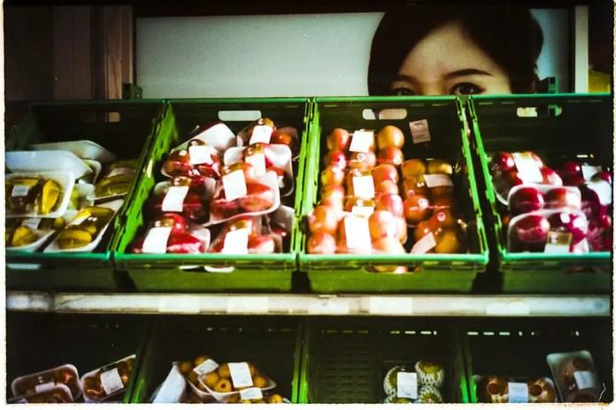 Glimpse in China Town - Leica M6, Summicron-C 40mm, Boots 35 colour film (Fujifilm rebrand)