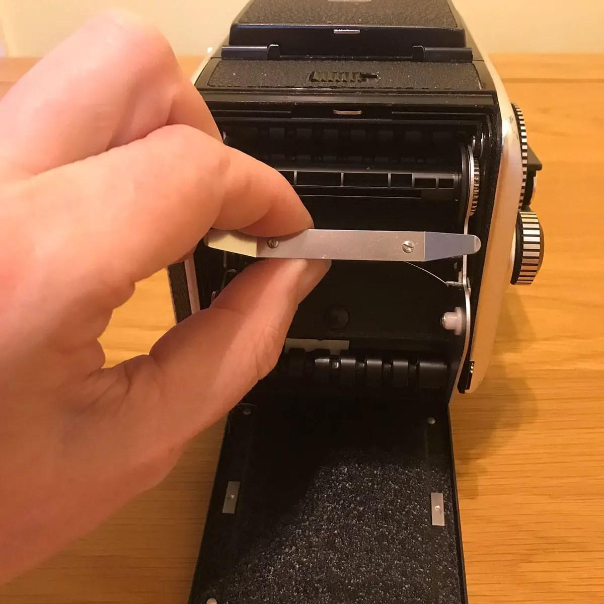Rollei SL66 - Film Back (removing insert)