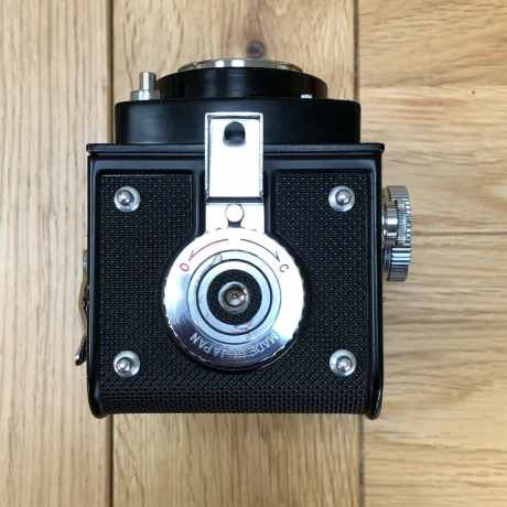 Yashica Mat-124 - Bottom (tripod mount and door lock)