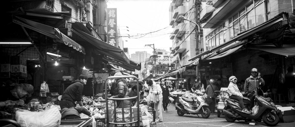 Day market #01 - Shot on ILFORD Delta 100 Professional at EI 200 (120 format)