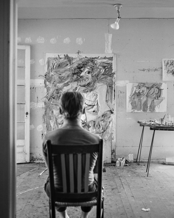 Tony Vaccaro - William DeKooning back to the camera - East Hampton, 1953