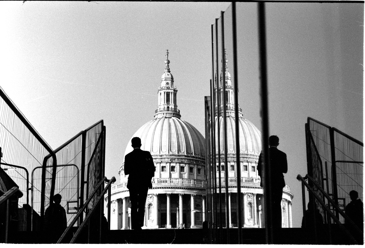 London Street Photography with the Leica M6 - Simon King