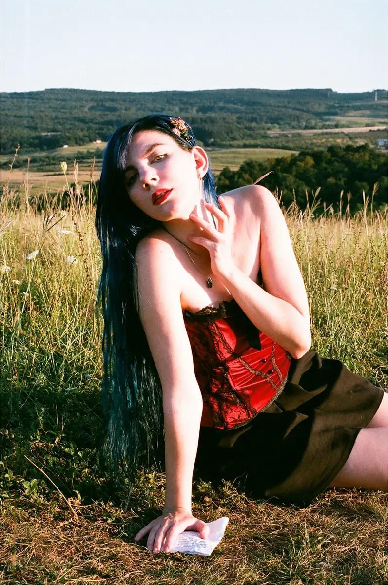 5 Frames... Of portraits on Fujifilm Superia X-TRA 400 (35mm Format / EI 400 / Canon EOS 50E + Canon EF 50mm f/1.4) - by Crina Prida