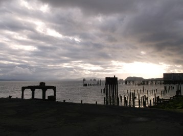 A gray morning on the Columbia River as seen from the river walk path