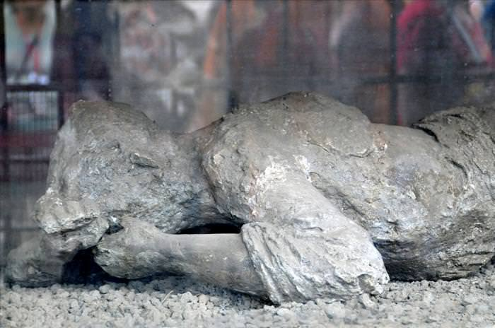Pompeii Bodies Kissing Couple