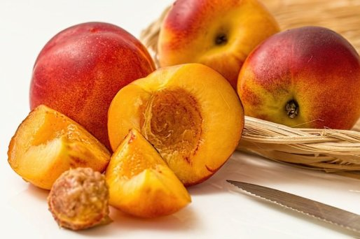 Cosas que no debes tirar por el fregadero huesos de las frutas