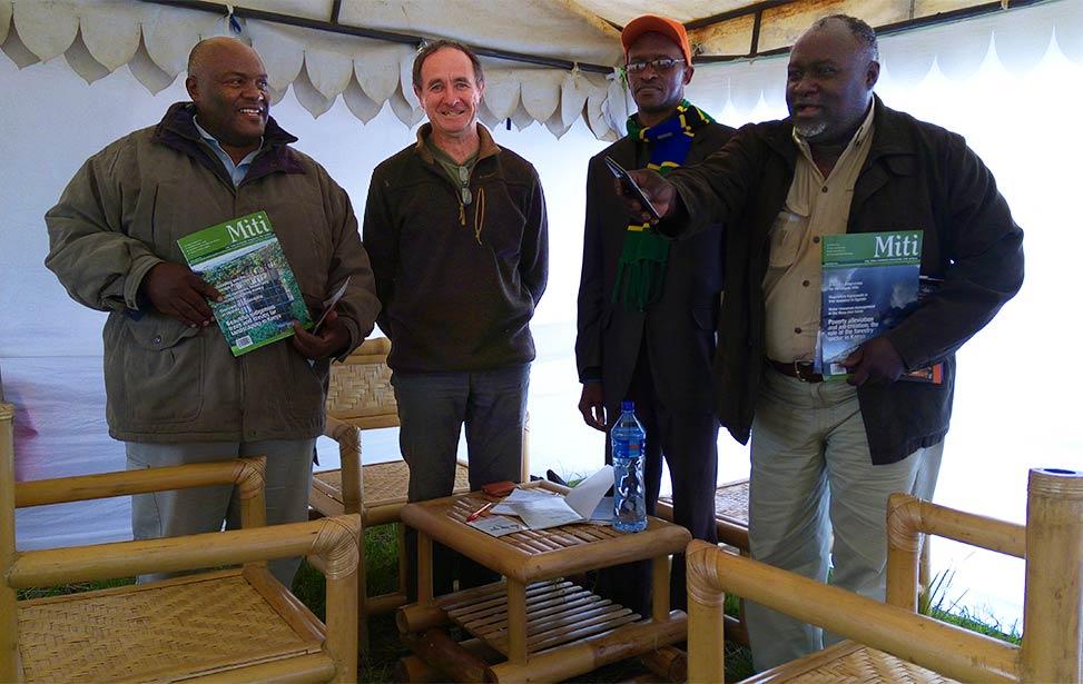 Möte med företrädare i Tanzania. Skogsmästare Jan Vandenabeele är den andra personen från vänster.