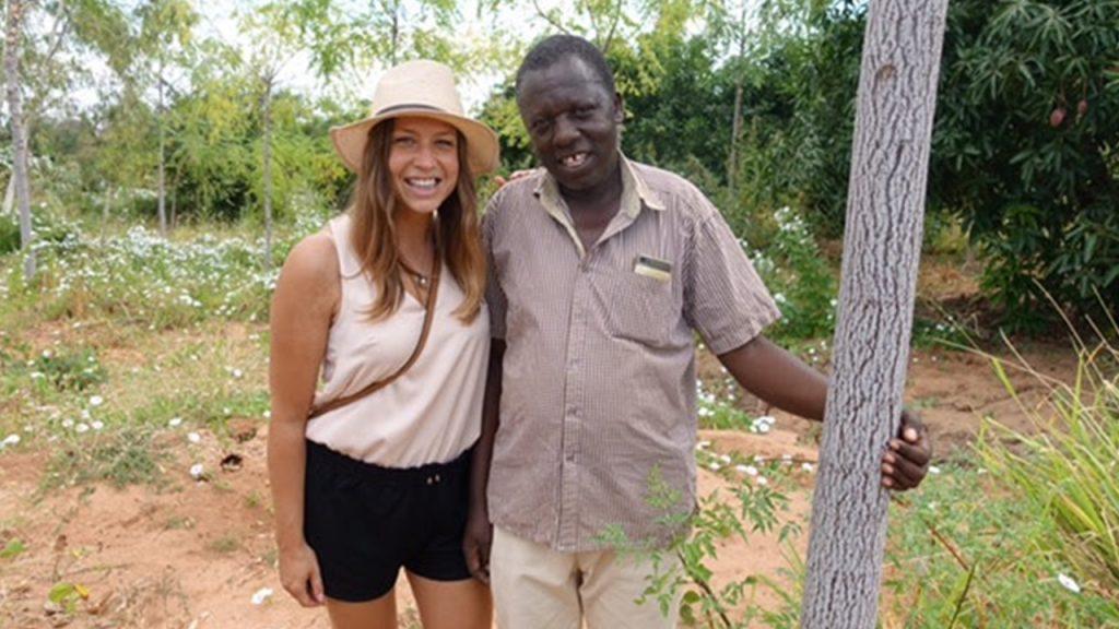 Elisabeth, una de nuestros clientes de Skåne en Suecia, junto con Simon Mulli, uno de nuestros cultivadores subcontratados que está plantando árboles para nuestro Better Globe.