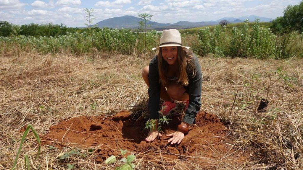 En av våra kunder, Elisabeth, planterar ett träd. 180629