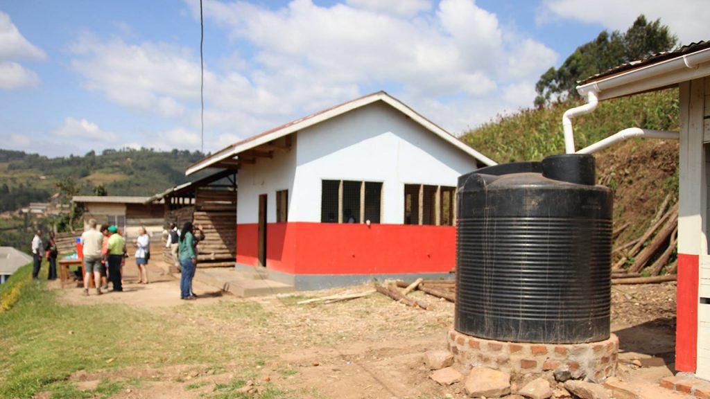 Även i Uganda sätter man upp vattentankar för att samla upp regnvatten.