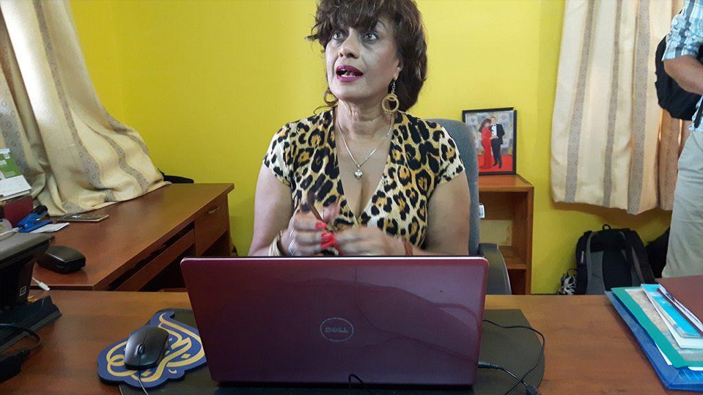 Julie vid sitt skrivbord