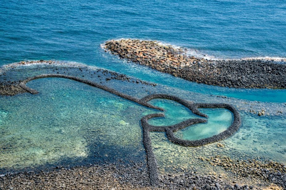 overview attractions of Twin-Hearts Stone Weir, Penghu