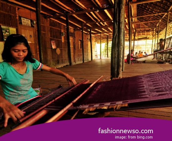 Craftsmen Of Cloth Grinsing Traditional Larantuka In Indonesia