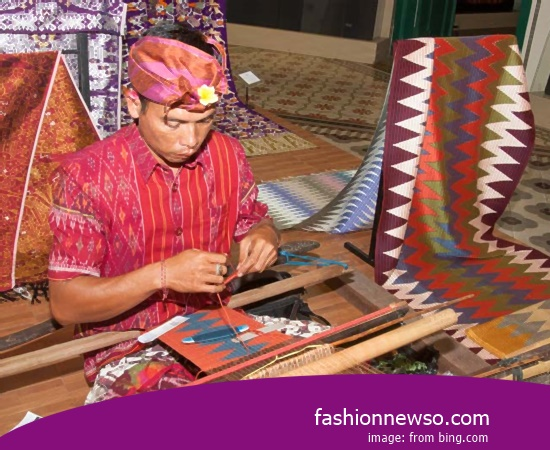 Multiple Type Cloth Grinsing Traditional Endek In Indonesia