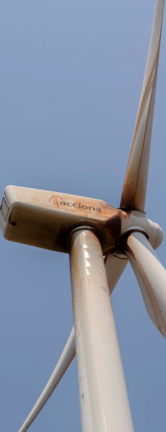 Wind turbine leaking lubricant