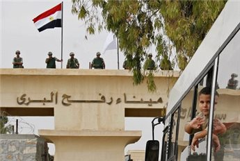 HUNDREDS PRAY AT RAFAH CROSSING TO PROTEST CLOSURE