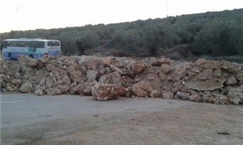 ISRAEL CLOSES ENTRANCE TO WEST BANK TOWN WITH MOUNDS