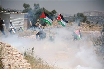 ISRAELI FORCES BRIEFLY HOLD, THREATEN RAMALLAH GOVERNOR