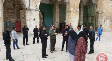 ISRAELI POLICE OFFICER STRIKES AL-AQSA GUIDE