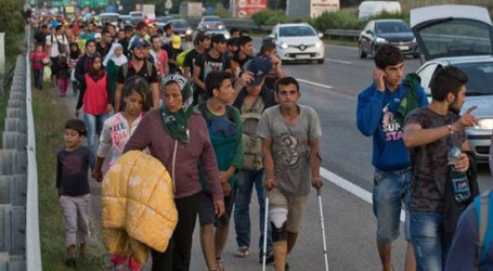 REFUGEES IN 135 KM WALK TO REACH AUSTRIAN BORDER