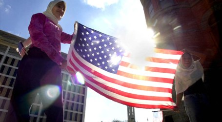 BETWEEN TWO EXTREMES: AMERICAN MUSLIMS TODAY